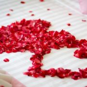 Postel plná růží 100 ks