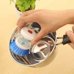 Kartáč na nádobí s dávkovačem saponátu